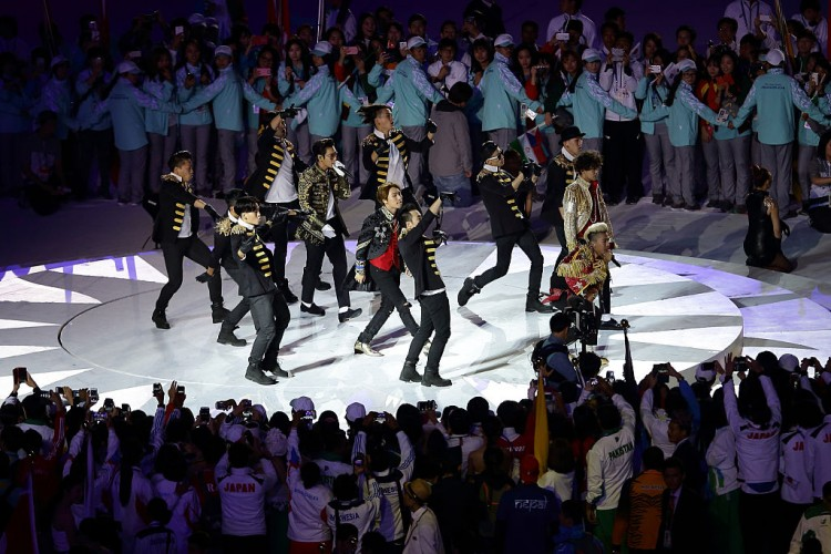 South Korean Band Big Bang Performs On Stage During The Closing Ceremony On Day Fifteen Of The 2014 Asian Games At Incheon Asiad Main Stadium On October 4 2014 In Incheon South Korea